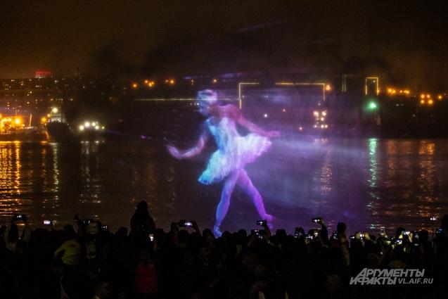 Над публикой танцевали цветовые балерины...