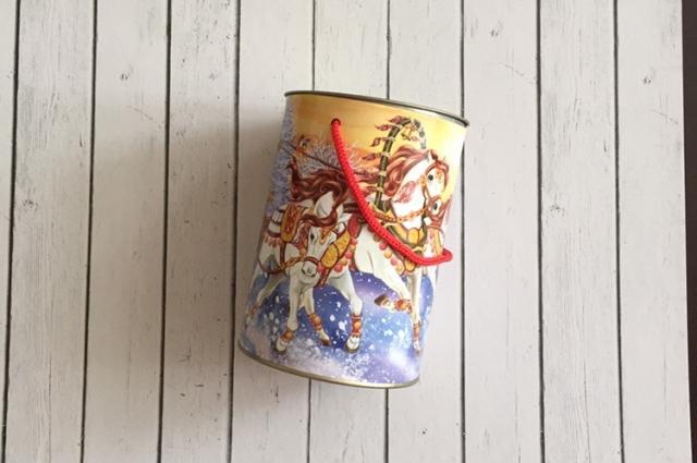 Для подарочной коробки подойдёт любая банка цилиндрической формы