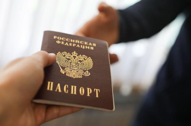 Юрист не рекомендует отдавать паспорт полицейскому в руки.