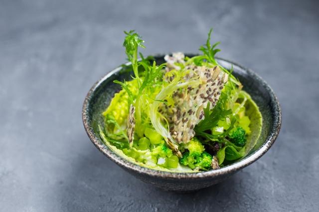 Зеленый салат с хумусом