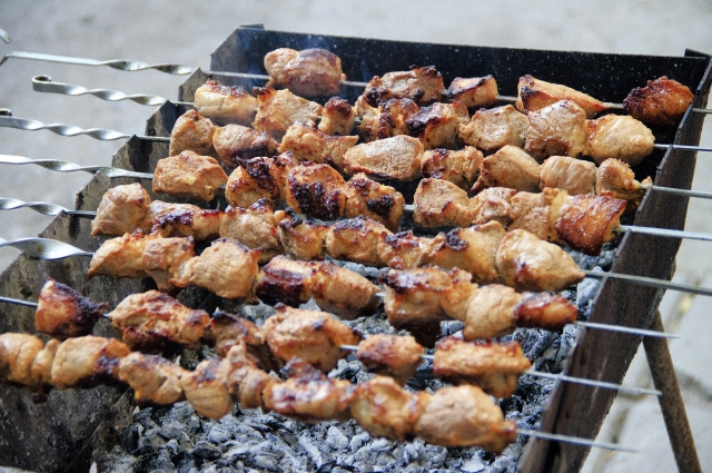 Свежее мясо лучше сочетать только с солью и перцем.