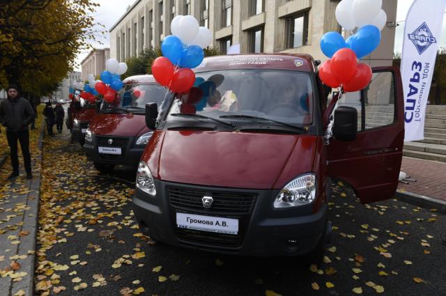 Семи многодетным семьям вручили новые микроавтобусы.