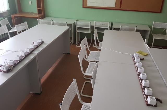 В аудиториях вуза стоит списанная мебель из одного из пермских банков, болтаются провода от розеток.
