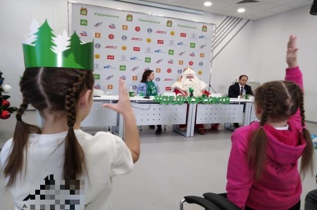 Дети спрашивали Деда Мороза, как он стал волшебником.