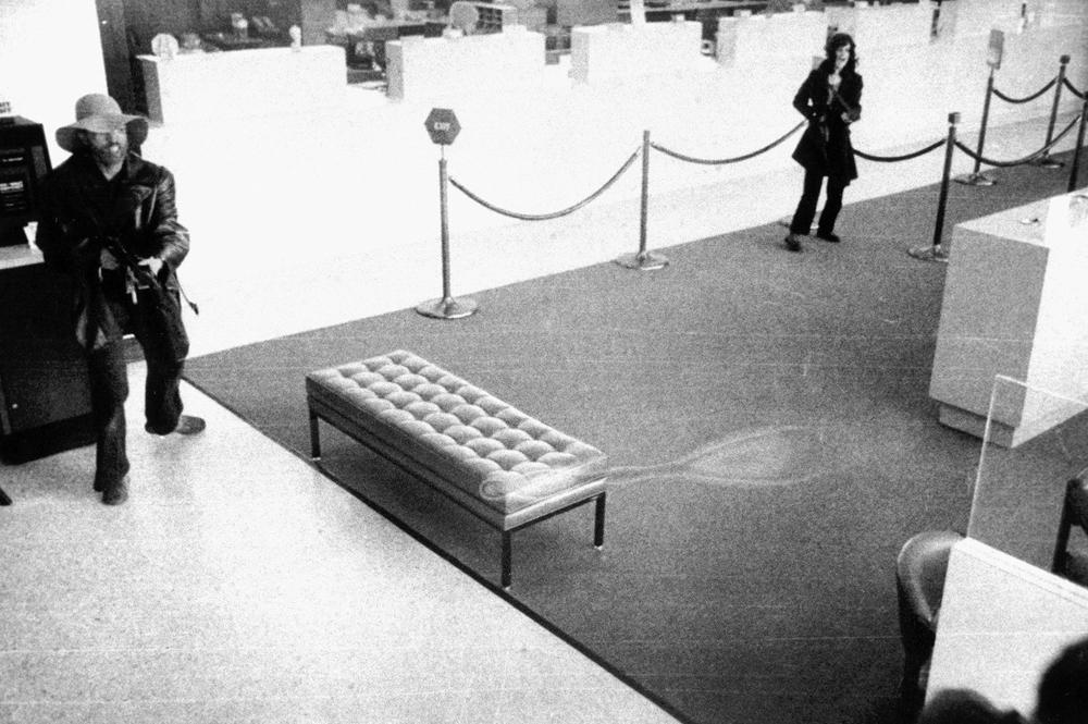 Пэтти Херст в банке «Хиберния», Сан-Франциско, 15 апреля 1974 года.