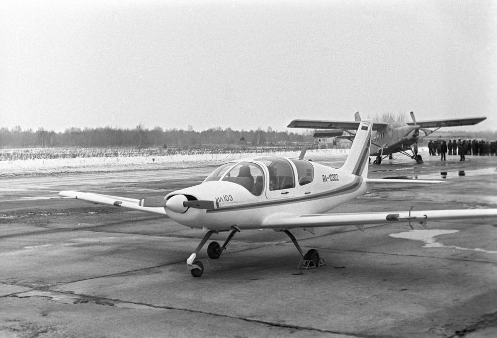 Пятиместный (пилот и четыре пассажира) одномоторный поршневой пассажирский самолет Ил-103. 1995 г.