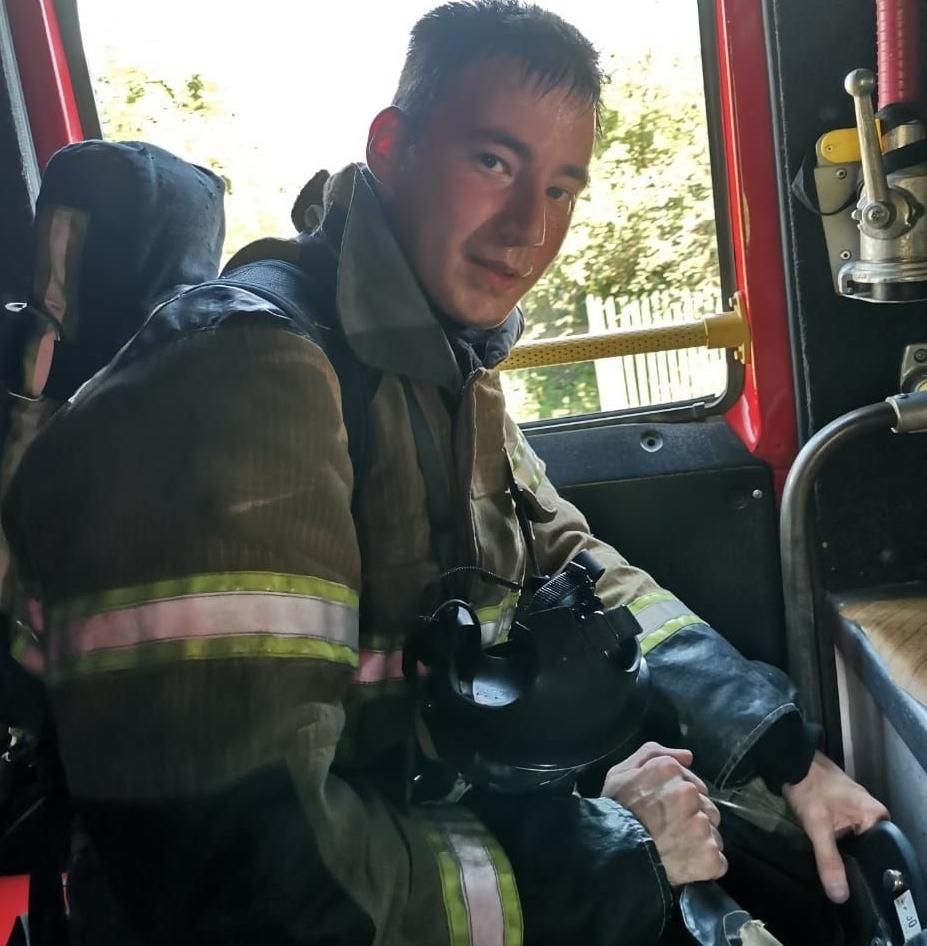 «Я буду тебя защищать, для этого и пришёл, не оставлю в беде», - сказал девочке пожарный.