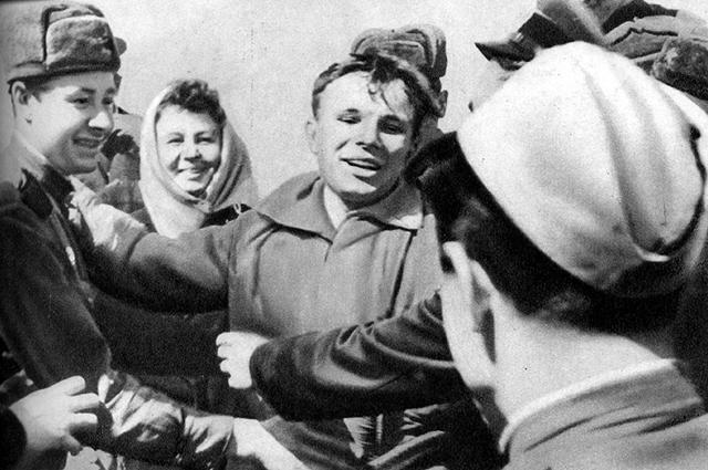 Космонавт планеты после приземления: первыми Гагарина увидели жители села Смеловка вблизи города Энгельс