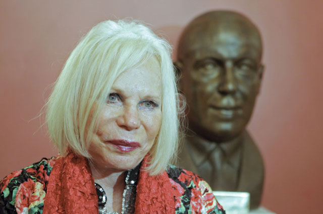 Дочь композитора Ивонна Кальман на церемонии открытия скульптурного портрета композитора Имре Кальмана в Санкт-Петербургском театре Музыкальной комедии
