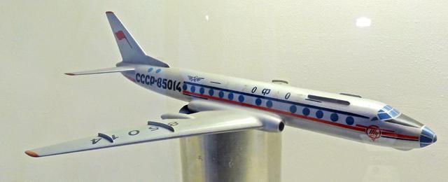 Модель первого пассажирского самолёта в мире Ту-104