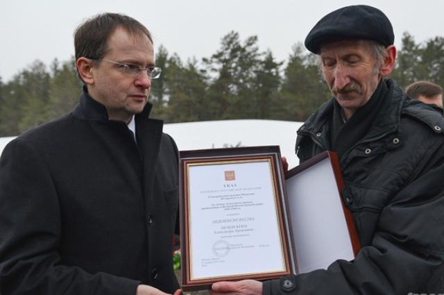 Владимир Мединский вручил директору музея Собибор копию Указа президента о награждении Александра Печерского.