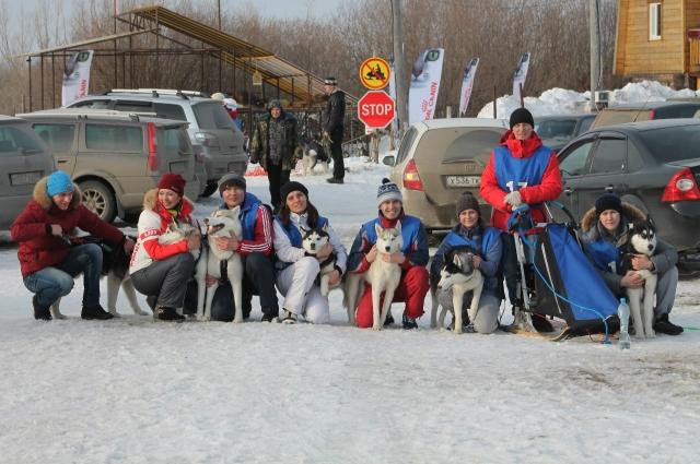 Команда клуба ездового спорта «Ветер Югры» на соревнованиях в Сургуте.
