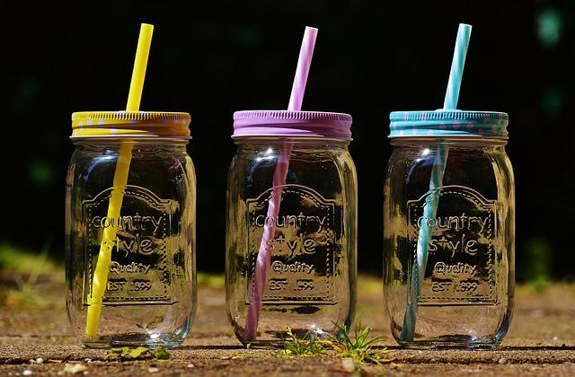 Разливать воду можно по герметичным бутылкам и банкам и брать с собой.
