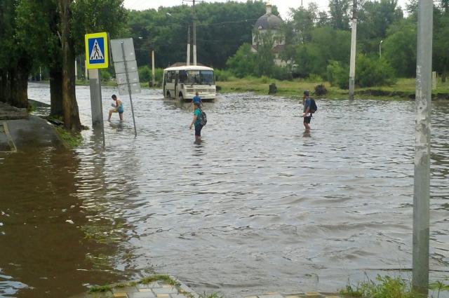 В этом году купаться вологжанам удается. Но в основном на улицах после дождей.