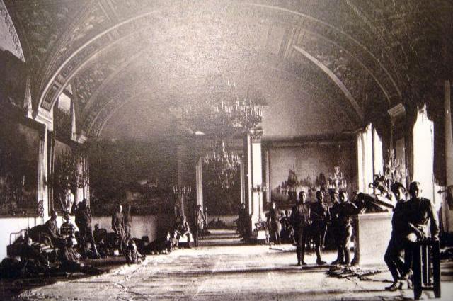 Юнкера в залах Зимнего дворца готовятся к обороне. Октябрь 1917 г.