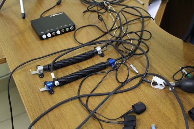 Это датчики, которые крепятся к телу во время проверки на детекторе лжи.