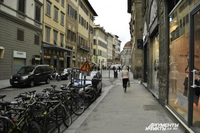Флоренция с чистой совестью может называть себя велосипедным городом. А что вы хотели? Цены на парковку в Европе зверские, да и ставить свой транспорт практически некуда.