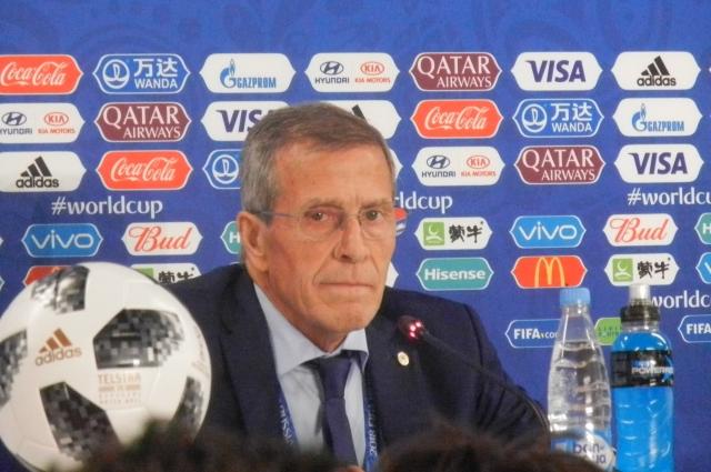 Эктор Купер похвалил своих футболистов за игру с Уругваем.