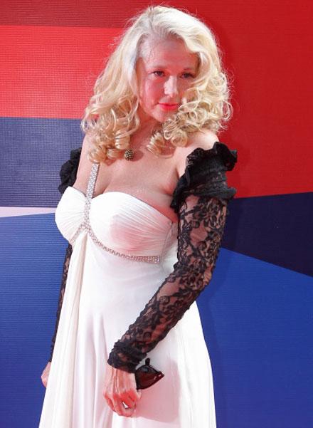 Актриса Елена Кондулайнен на церемонии закрытия 34 Московского Международного кинофестиваля. 2012 год