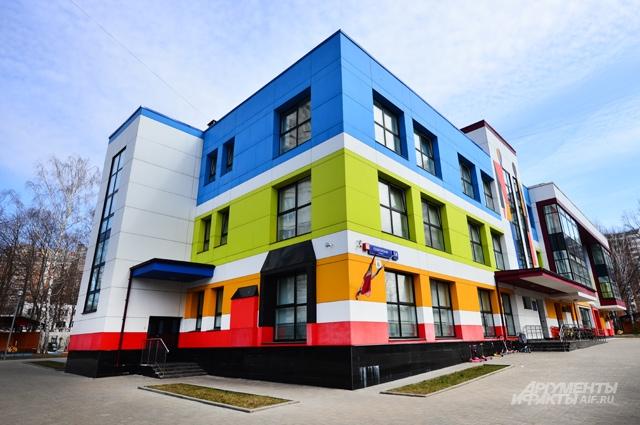 Скучных детсадов больше не строят: если снаружи здание детского сада на Селигерской улице выполнено в стиле модерн, то внутри – в лучших традициях филимоновской глиняной игрушки.