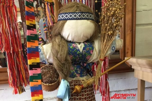 Сельские мастерицы ткут из льна рушники, полотенца, шьют маленькие сумочки, обрядовые куклы и плетут пояса.