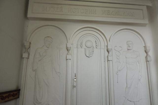 Скульптурная композиция на входе в музей.