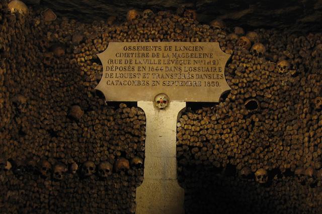Оссуарий в катакомбах Парижа.