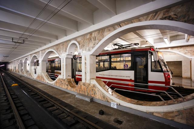 Скоростной трамвай на подземной станции