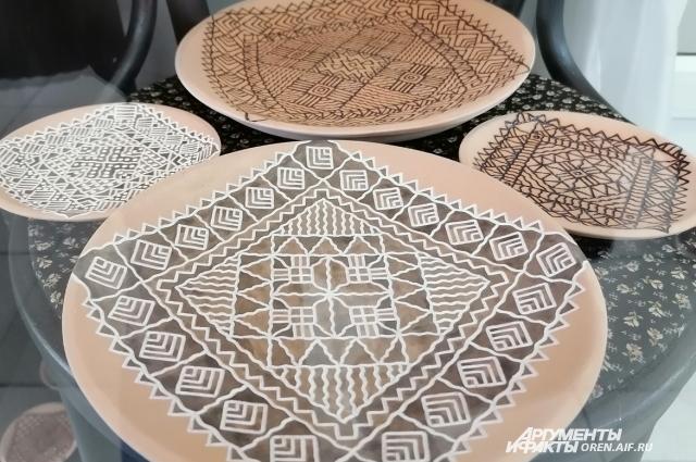 Создается впечатление, будто на глиняных тарелочках лежат вязаные платочки.