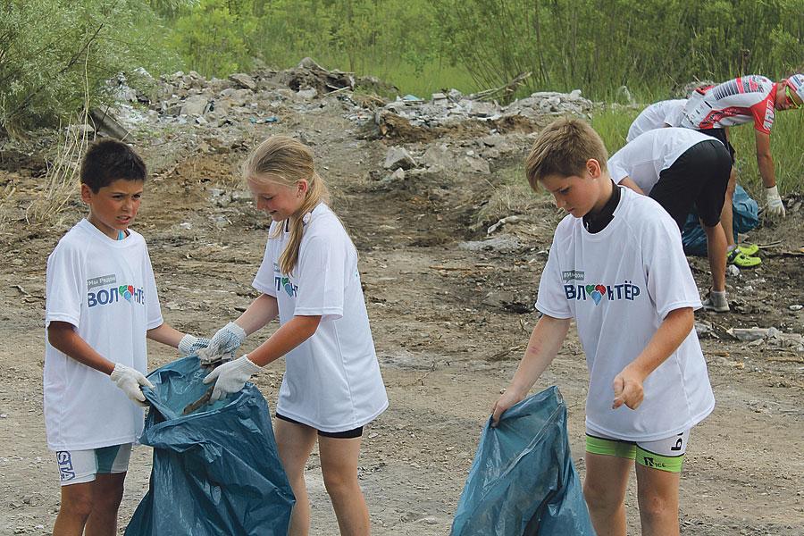 Юные волонтёры помогали очищать карьер от мусора.