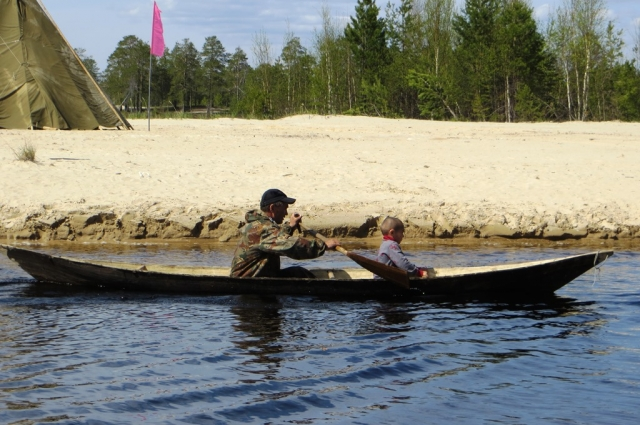 Коренные народы Севера по рекам передвигаются на легких лодках - обласах.