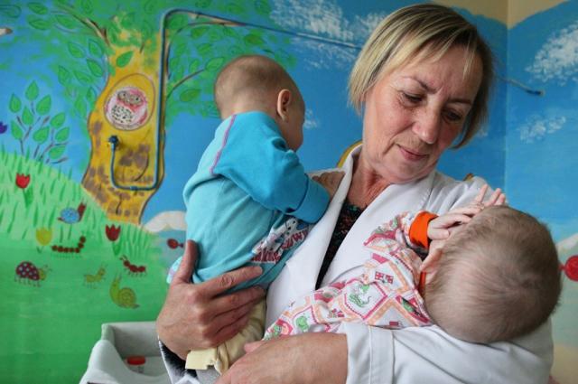 Редко у Валентины оказывается один или два воспитанника, обычно необходимо следить за шестью малышами.