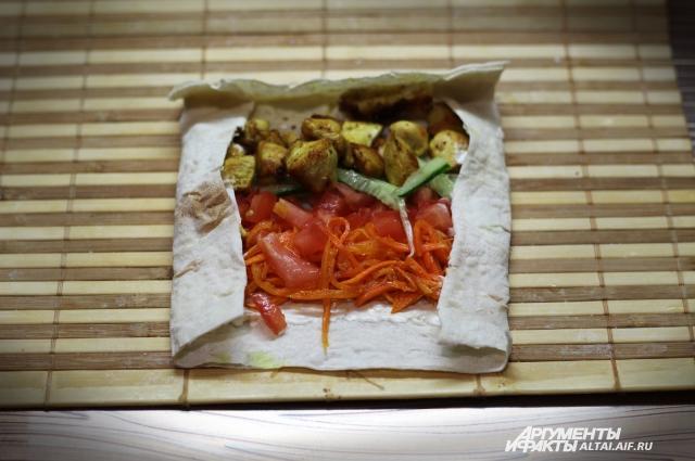 В шаурме прекрасно сочетаются овощи и мясо.