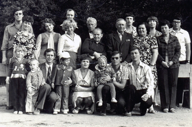 Владимир Бирюков с сыном Василием на руках, его жена Ирина с мамой и папой, с родственниками во дворе дома в Советском районе Волгограда