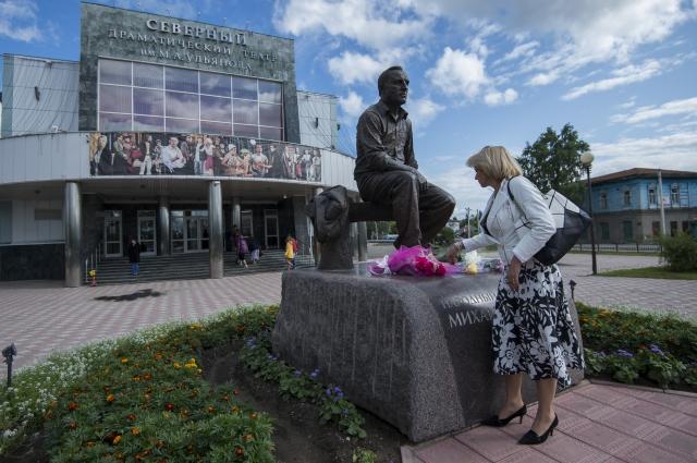 У театра в Таре установили памятник Михаилу Ульянову.