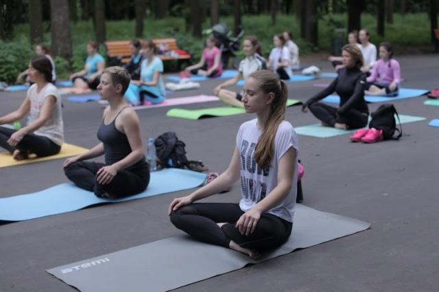 Йога в парке входит в моду в Брянске.