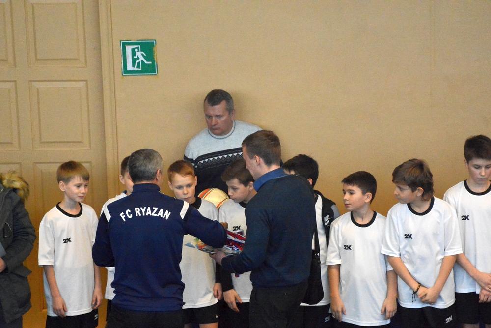Расстеряв ключевых игроков, Игорь Коняев (на заднем фоне) вынужден был собрать сборную из детей 2005 и 2006 г.р.