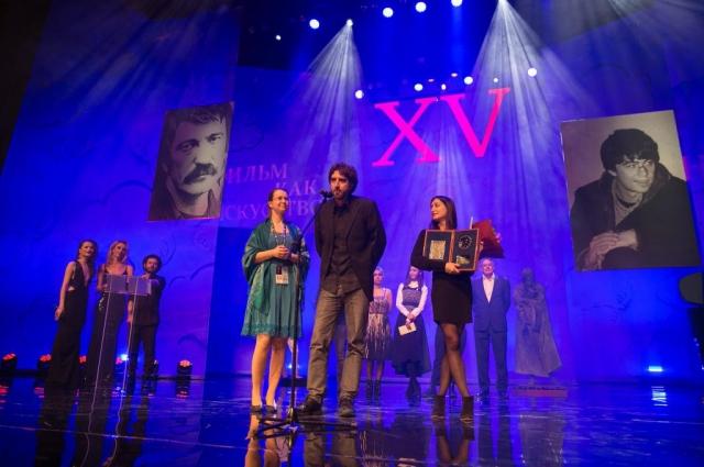 Победители - продюсер Катя Хазак и оператор Тома Фавель.