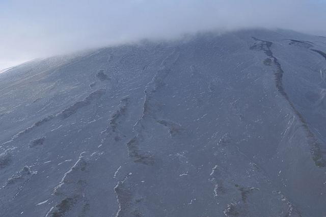 Весь юго-западный склон вулкана и окрестности кордона «Прибрежный» оказались засыпаны пеплом.