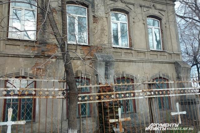В этом доме в 1852 году был сооружён первый в городе балкон. В то время это была настоящая сенсация для кузнечан.