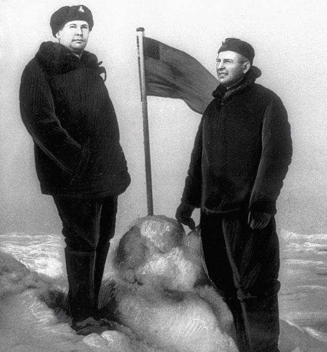 Командир атомной подводной лодки «Ленинский комсомол» Лев Жильцов изамполит А.Штурманов уфлага, установленного ими близ Северного Полюса.