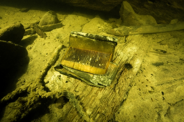 На две водолазы обнаружили множество артефактов.