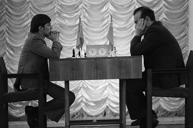 Первенство мира по шахматам 1974 года. Финальный матч претендентов Виктор Корчной - Анатолий Карпов (слева). Третья партия.