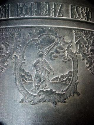 Колокол великолепно украшен