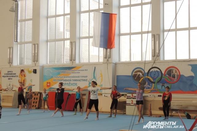 Арина тренируется с обычными девочками, которым 10-11 лет.