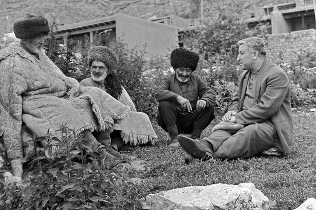 Дагестанский поэт Расул Гамзатов беседует со старейшинами родного аула. 1966 год.