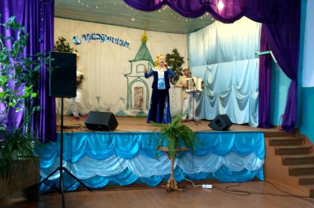 В праздничный день для сельчан выступали солисты Оренбургской областной филармонии.