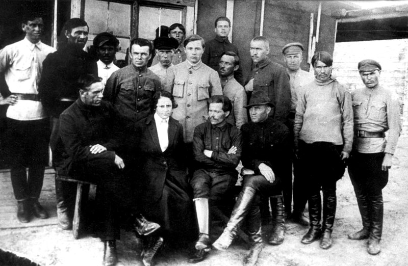 Н. Махно с супругой в окружении своих сподвижников. 1920 год.