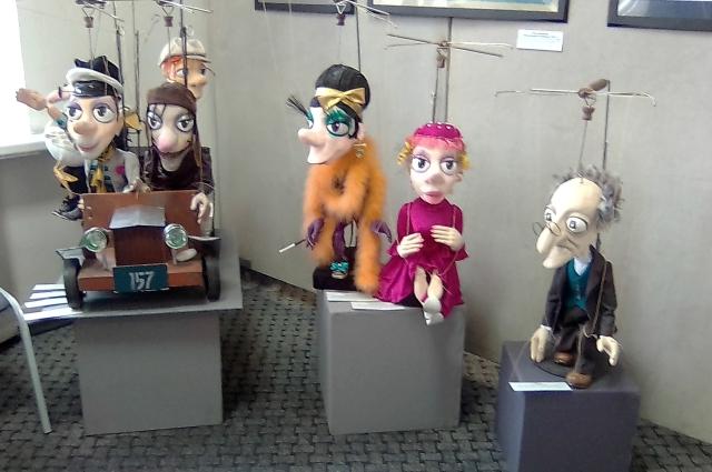 На выставке в Доме художника театр кукол представил героев Ильфа и Петрова.
