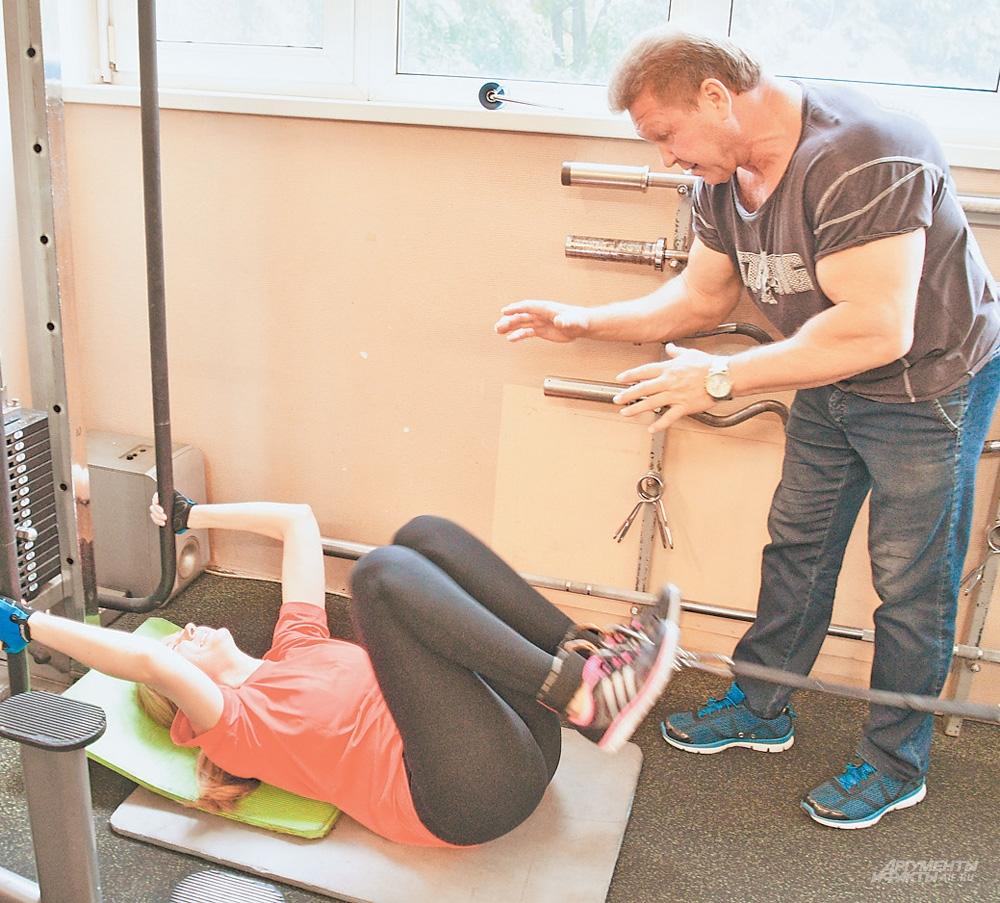 Спортсмен тренирует жителей района, для каждого составляет комплекс упражнений.